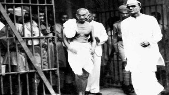 motilal nehru took this important decision when mahatma gandhi got arrested on sedition charges