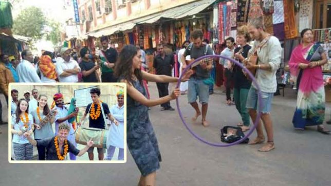 after demonetisation tourists In Pushkar Performed On Streets To Pay For Their Journey to Home