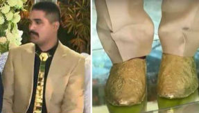groom wear golden shoes and tie, whose price is Rs 25 lakhs on his wedding reception pakistan